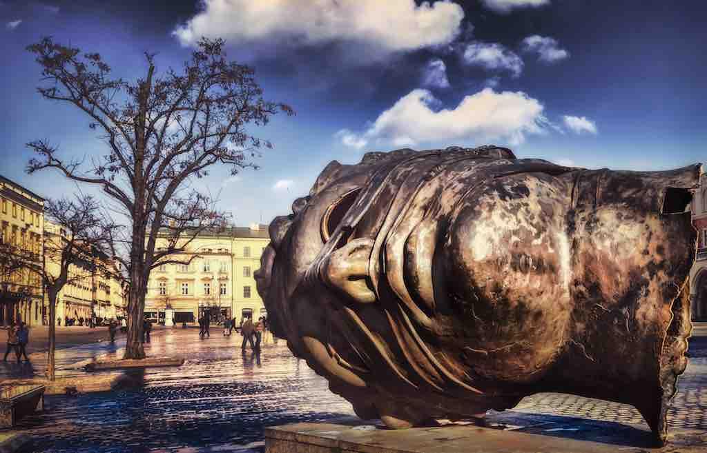 Krakau, einst Kulturhauptstadt Europas, versteht es, die Kunst auf historischen Plätzen zu inszenieren