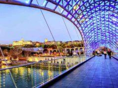Von der modernen Friedensbrücke in Tiflis blicken Besucher auf den imposanten Architekturmix der Hauptstadt von Georgien (Foto: Boris Stroujko, Shutterstock.com, Studiosus