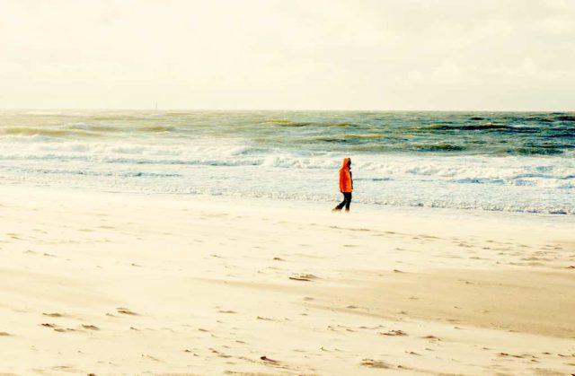 Einsame Spaziergänge an den Stränden von Sylt beleben Geist und Seele (Foto: © Sylt Marketing, Nann-Nauke Jaschinski)