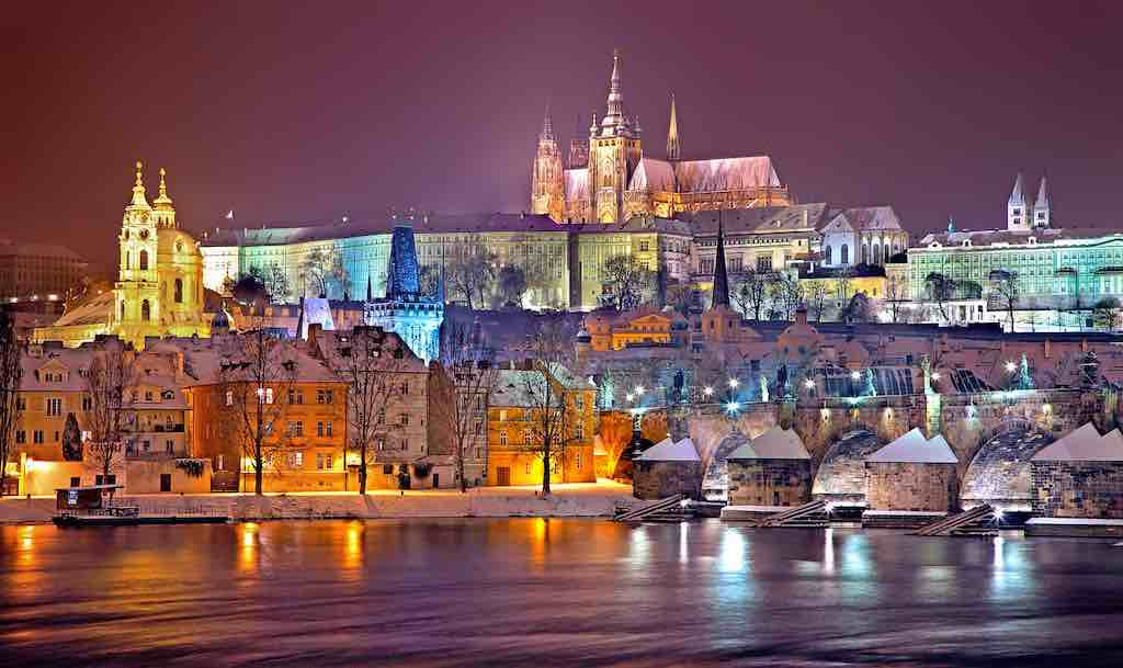 Prag ist auch im Winter mit der Bahn leicht erreichbar (Foto: Julius Silver, Pixabay)