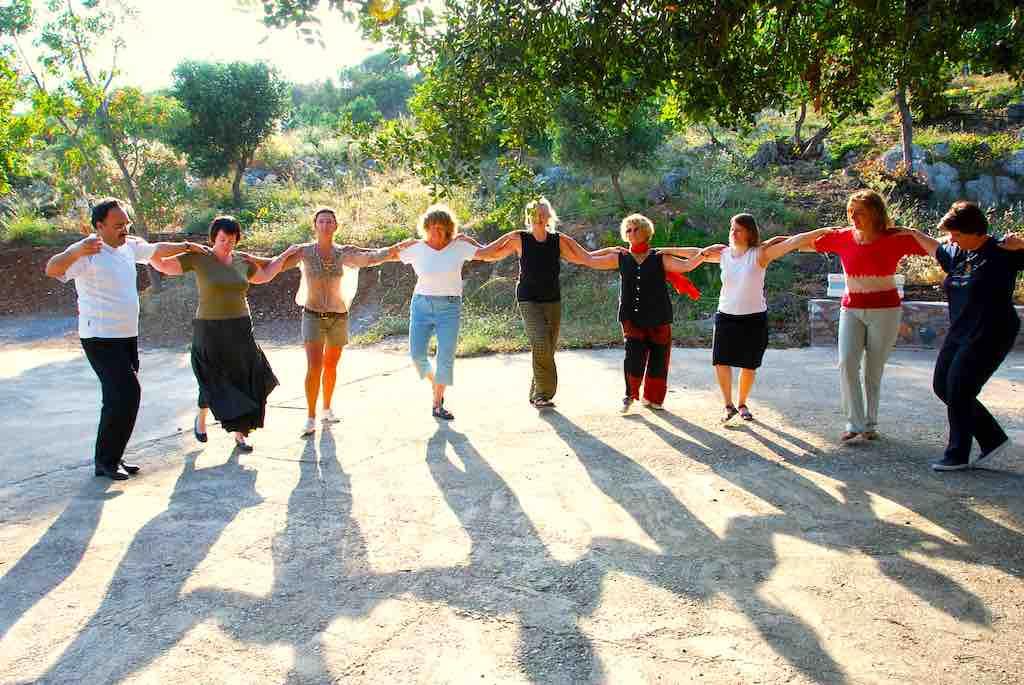 Alleinreisende Frauen erfahren die psychologischen und therapeutischen Vorteile des traditionellen Tanzes der Kreter (Foto: Travel Inside)