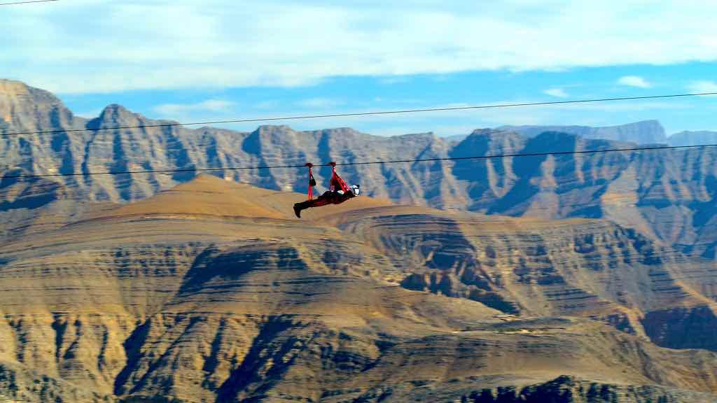 Wie ein Vogel in Ras Al Khaimah mit der weltlängsten Zipline 2.830 Meter bis zu 150 km/h fliegen (Foto: RAKTDA)