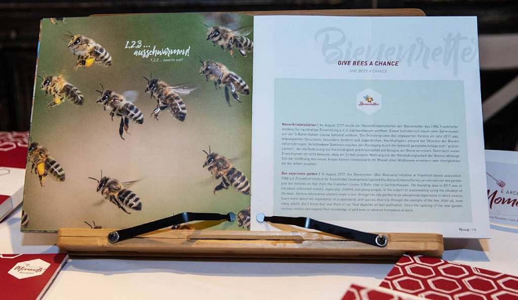 """Das Jubiläumsbuch """"Arcotel Moments"""" dokumentiert das Engagement der Hotelgruppe in Sachen Nachhaltigkeit und Bienenschutz (Foto: Cliff Kapatais)"""