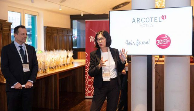 """Vorstand Martin Lachout und Arcotel-Eigentümerin Dr. Renate Wimmer präsentierten zum 30-jährigen Jubiläum das Buch """"Arcotel Moments"""" (Foto: Cliff Kapatais)"""