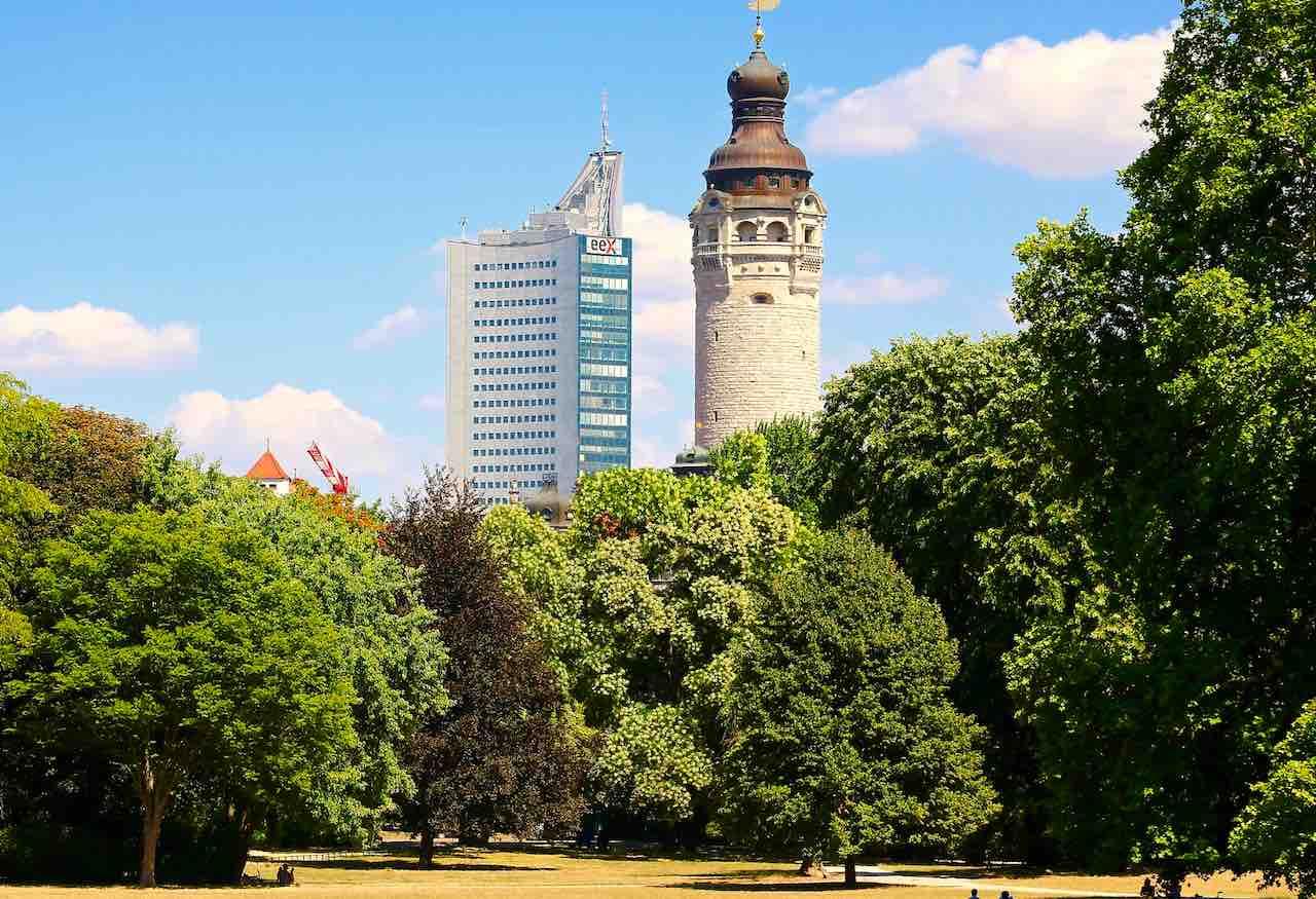 Gegensätze ziehen sich in Leipzig an: Wolkenkratzer und Rathausturm dominieren die Skyline (Foto: Pixabay)