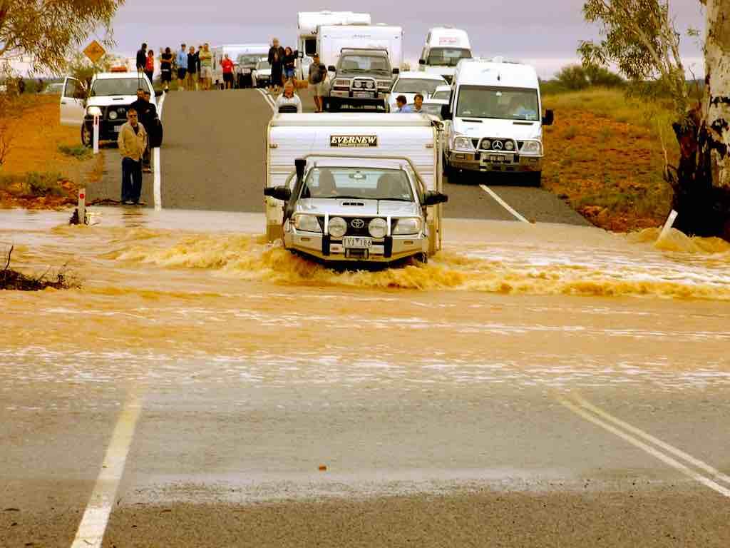 Immer wieder müssen Reisende mit Überschwemmungen rechnen (Foto: Julia Harwood, Pixabay)