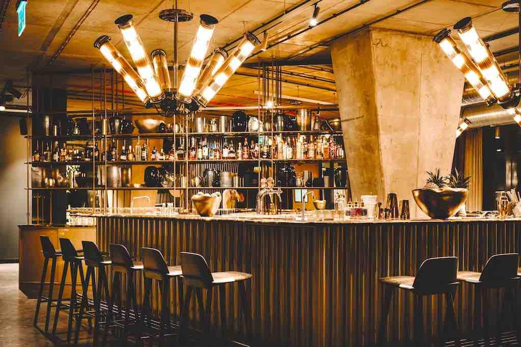 Rezeption und Barbereich im neuen Hotel Vienna House Mokotow Warsaw befinden sich mitten in der Lobby (Foto: © Vienna House)