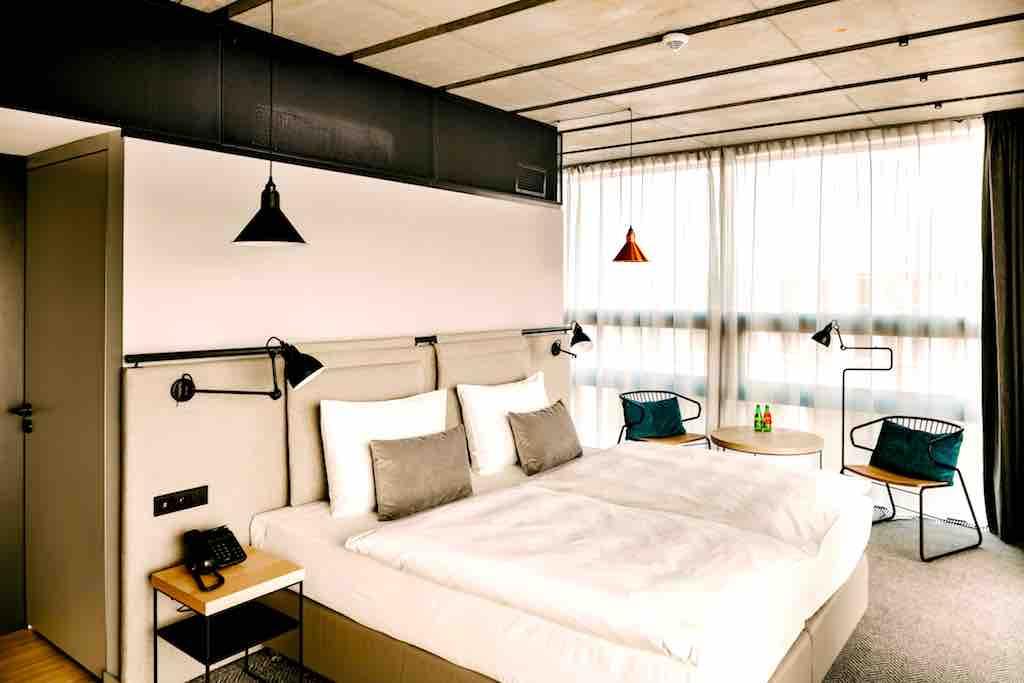 Die deckenhohen Fenster sind das Markenzeichen des neue Hotels Vienna House Mokotow Warsaw. Die Superior Eckzimmer sind nicht nur größer, sondern auch mit einer Designer-Kaffeemaschine ausgestattet (Foto: © Vienna House)
