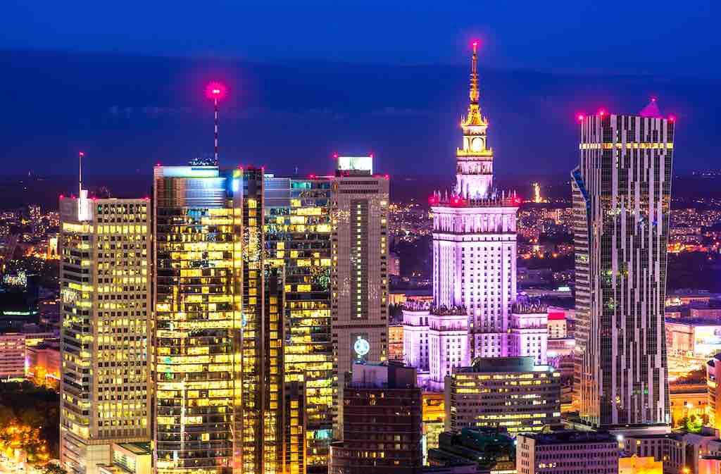MICE-Location Warschau: Polens Hauptstadt zählt zu den aufregendsten Metropolen in Mittel- und Osteuropa. Hier finden internationale Treffen von Politikern, Geschäftsleute und Künstlern statt. Moderne Glaspaläste umgeben den im Zuckerbäckerstil der 1950er Jahre erbauten Kulturpalast (Foto: Warsawtour)