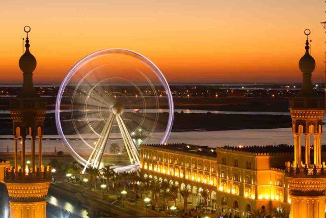 """Das Emirat Sharjah ist voller Kontraste: Hier das """"Riesenrad"""", dort traditionelle Moscheen und imposante Gebäudekomplexe. Sharjah strebt im Gegensatz zu Dubai City mit seiner Architektur nicht in die Höhe (Foto: SCTDA)"""