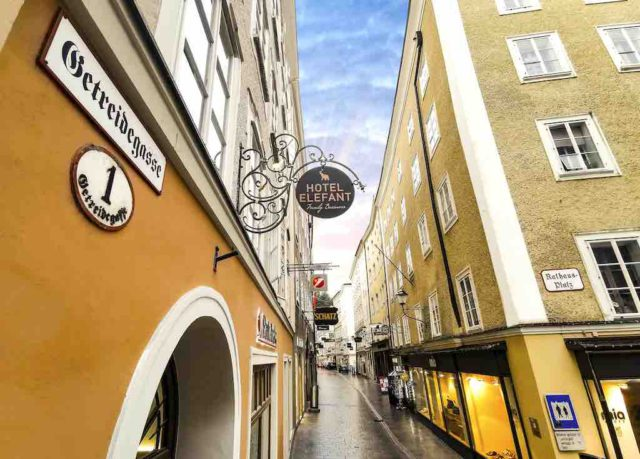 Die Mozartstadt Salzburg hat ein neues Familienhotel Elefant. Es liegt zentral in der berühmten Getreidegasse (Foto: Hotel Elefant, Wildbild)