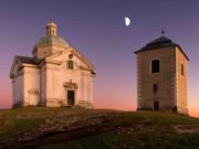Unterwegs nach Santiago de Compostela: Auf dem Heiligen Berg steht die historische Wallfahrtskapelle Sankt Sebastian mit einem Glockenturm (Foto: Jan Miklín, CzechTourism)