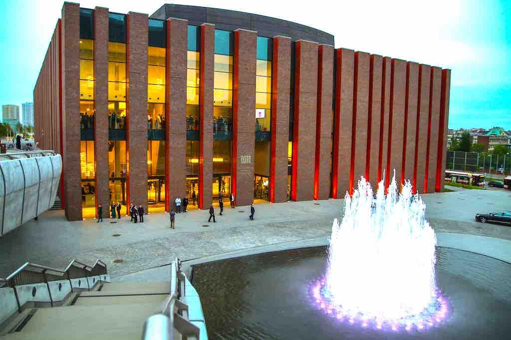 Hinter der auffallend gegliederten Fassade finden Konzerte des Nationalen Orchesters des Polnischen Rundfunks statt (Foto: UMK)