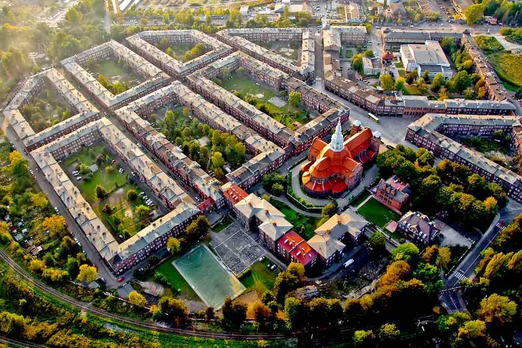 Nikiszowiec ist eine historische Arbeitersiedlung, die heute im Stadtteil Janów-Nikiszowiec im Osten der oberschlesischen Stadt Katowice liegt. Die Siedlung wurde für die Bergleute der Gieschegrube von 1908 bis 1915 und von 1920 bis 1924 nach Plänen der Charlottenburger Architekten Emil und Georg Zillmann gebaut (Foto: Silesia Travel)