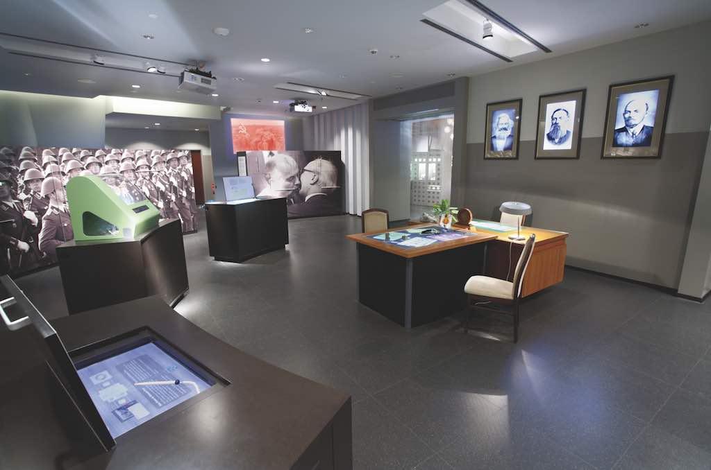Bilder und Gegenstände im Schauraum im Berliner Museum dokumentieren ein dunkles Kapitel in der deutschen Geschichte (Foto: Beigestellt)
