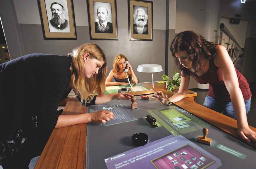 Mit Hilfe der digitalen Welt gehen Museumsbesucher am Moultitouch-Tisch auf eine Entdeckerreise durch die deutsche Ostgeschichte (Foto: Beigestellt)