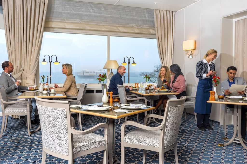 Zeitlos elegant und einladend ist das Restaurant im Maritim Hotel Kiel (Foto: Maritim Hotels)