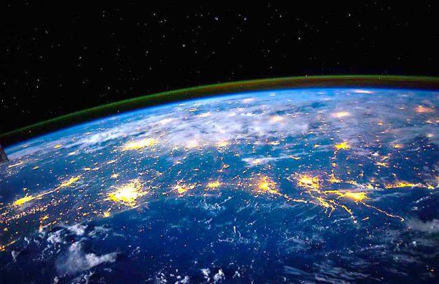 Krisen, Katastrophen und Kriege: In Zeiten wie diesen benötigen kleine und mittelständische Unternehmen (KMU) ein funktionierendes Reiserisikomanagement (Foto: NASA, Unsplah)