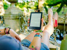 Keine Langeweile auf Reisen: E-Reader erfreuen sich großer Beliebtheit und bieten einen großen Vorteil: Urlauber können so viele Bücher mitnehmen wie sie möchten (Foto: Perfecto Capucine, Unsplash.com)