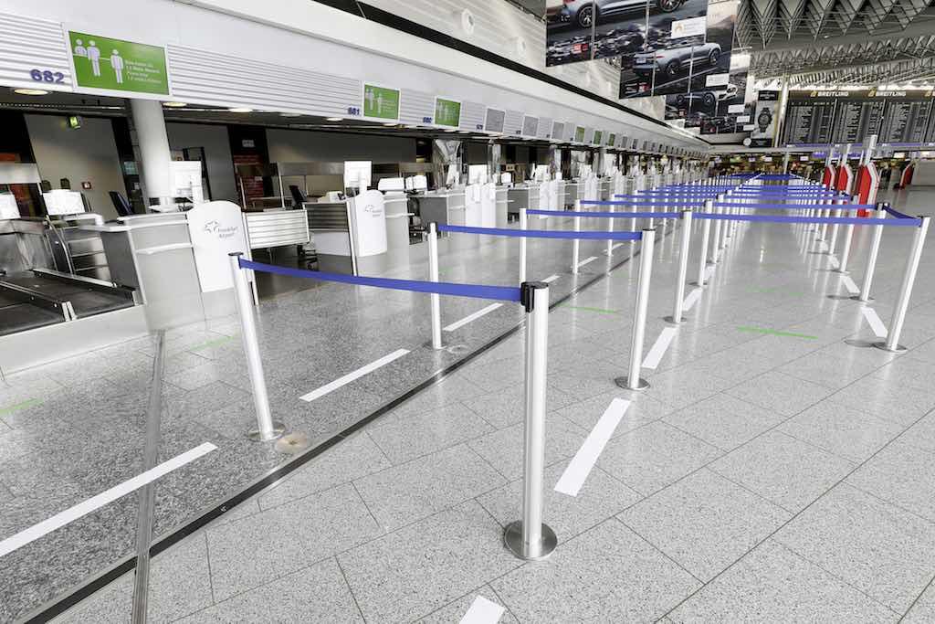 Abstandsregelungen werden auch vor allen Countern klar vorgegeben, damit eine Infektionsgefahr vermieden wird (Foto: Fraport AG)