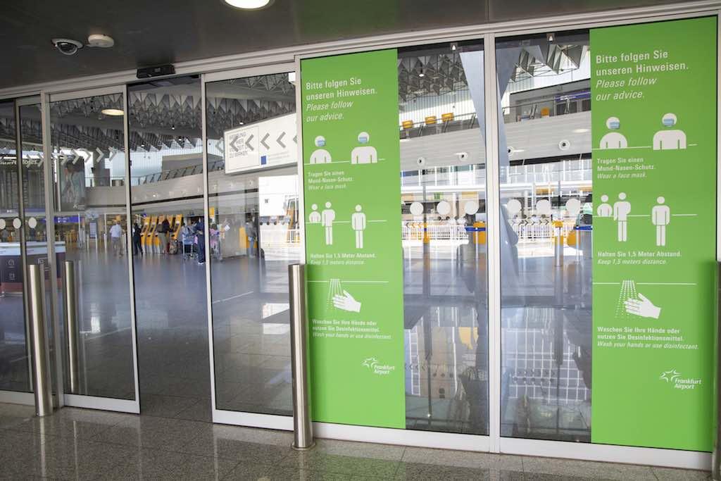 Unübersehbare Verhaltensinformationen bereits im Eingangsbereich (Foto: Fraport AG)
