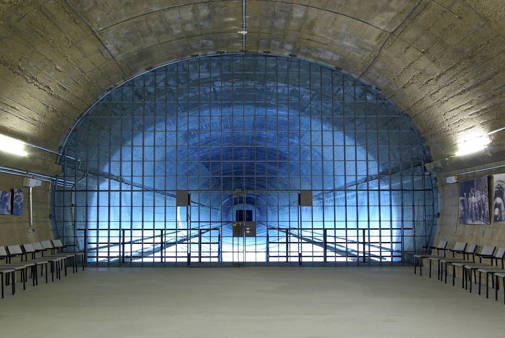 """Das dunkle Geheimnis von Bonn: Besucherplattform mit """"Ausblick in den zurückgebauten Tunnel des Regierungsbunkers (Foto: Sascha Kelschenbach)"""