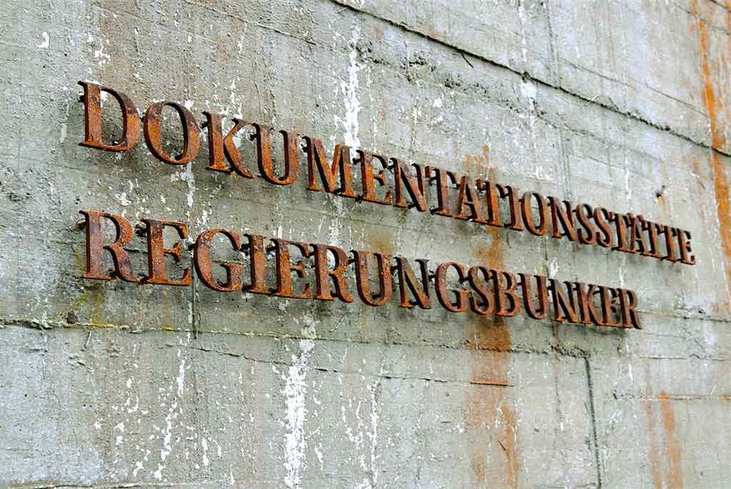 """Die Splitterschutzwand des einst geheimen Regierungsbunkers mit der heutigen Aufschrift """"Dokumentationsstätte Regierungsbunker"""" (Foto: Sascha Kelschenbach)"""