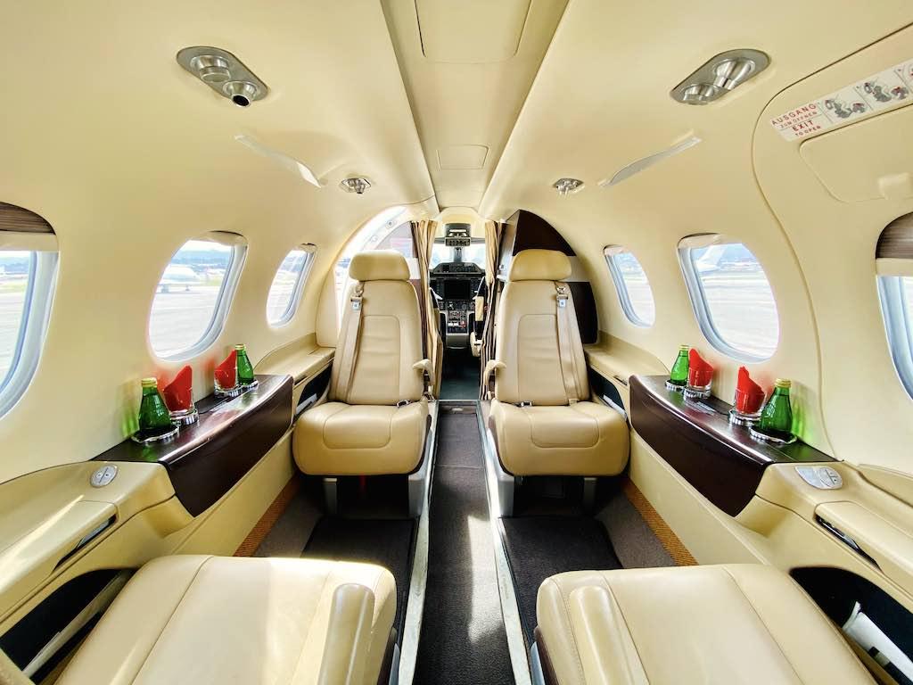 Elegantes Ambiente mit viel Beinfreiheit in der Kabine der Embrauer Phenom 100