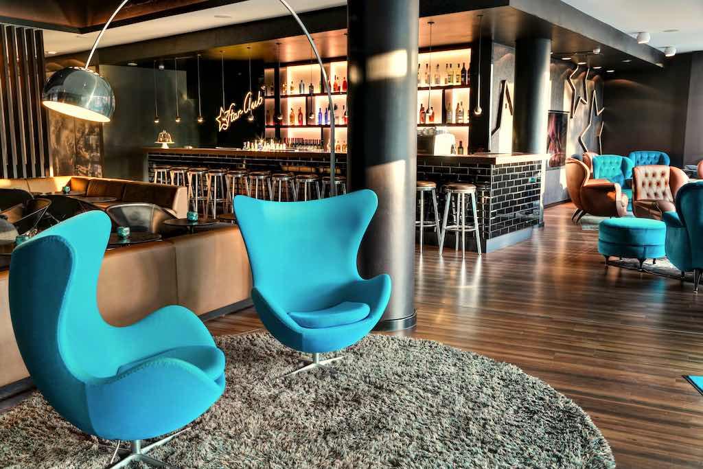 Motel One wurde 2000 gegründet. Zum auffallenden Markenzeichen gehört der türkise Eggchair in der Lobby (Foto: Motel One)