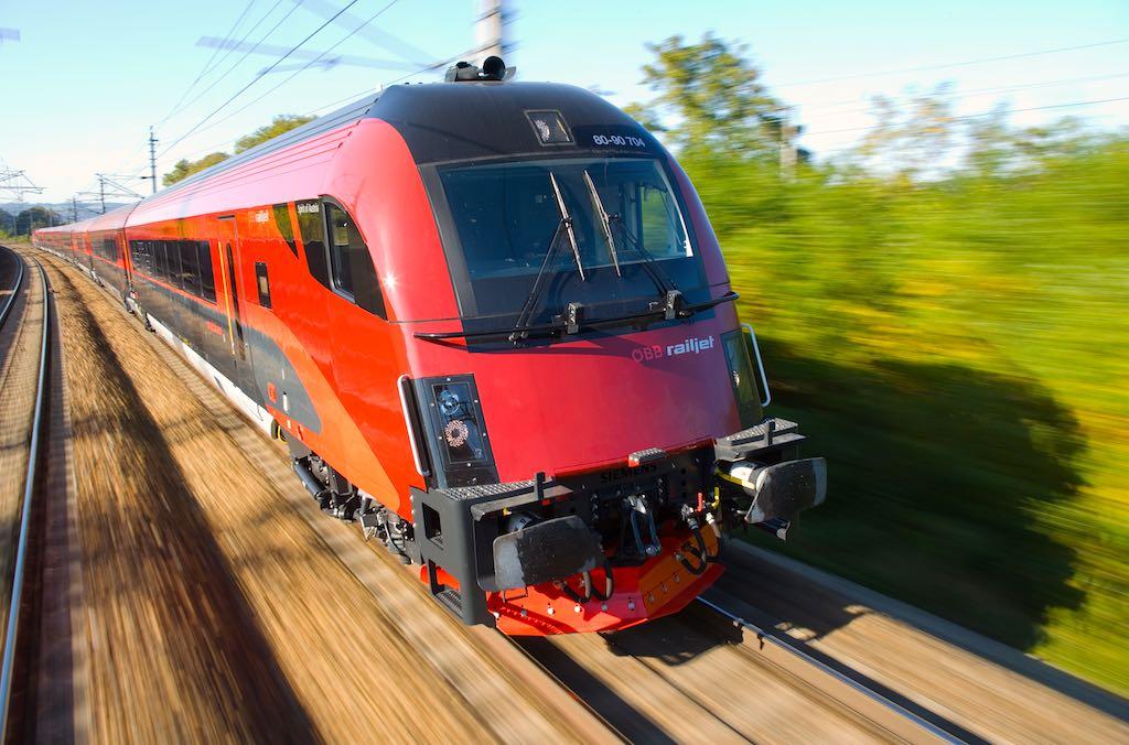 Mit dem ÖBB-Railjet sind viele Reiseziele in Mitteleuropa schnell, günstig und klimafreundlich erreichbar /Foto: Harald Eisenberger, ÖBB)
