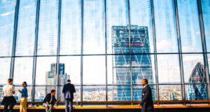 Weil Geschäftsreisen ins Geld gehen, untersuchte eine Studie, wie kostenbewusst sind Mitarbeiter tatschlich, wenn sie auf Dienstreisen geschickt werden. Das Ergebnis lässt aufhorchen (Foto: Negative Space, Pexels)