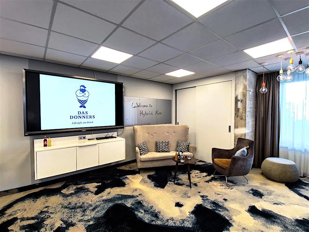 """Das Best Western Hotel """"Das Donners"""" in Cuxhaven reagiert mit einem neu gestalteten Hybrid-Studio mit moderner Videokonferenz-Technik auf die große Nachfrage nach hybriden Tagungen auf dem MICE-Markt (Foto: BWH)"""
