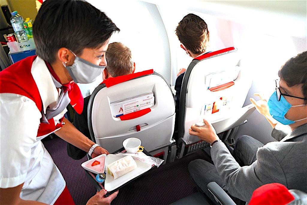 Die Besatzungsmitglieder aller Fluglinien der Lufthansa Group müssen wie die Passagiere einen Mund-Nasen-Schutz an Bord tragen (Foto: Austrian Airlines)