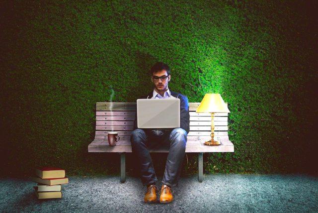 Viele flüchten während der Pandemie vor der Einsamkeit ins Netz auf der Suche nach Spaß und Glück (Foto: Comfreak, Pixabay)