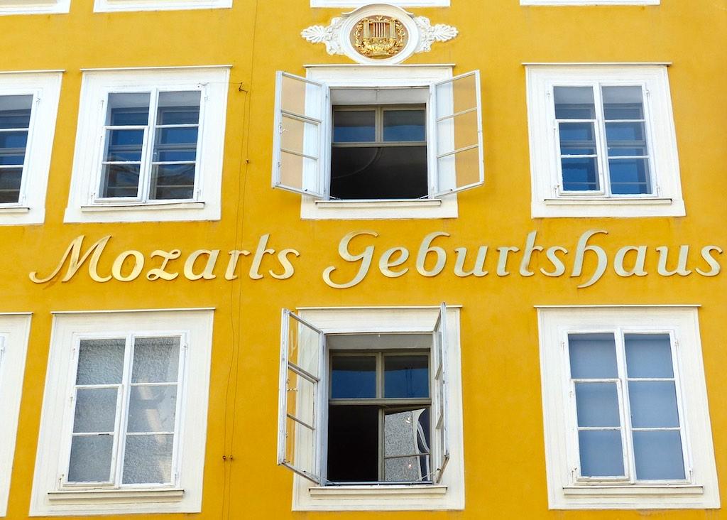 """Vormittags durch Salzburgs Altstadt bummeln und Mozarts Geburtshaus besuchen, abends dann das Glück im Casino versuchen (Foto: <a href=""""https://pixabay.com/de/users/hans-2/?utm_source=link-attribution&utm_medium=referral&utm_campaign=image&utm_content=116823"""">Hans Braxmeier</a>, <a href=""""https://pixabay.com/de/?utm_source=link-attribution&utm_medium=referral&utm_campaign=image&utm_content=116823"""">Pixabay</a>)"""
