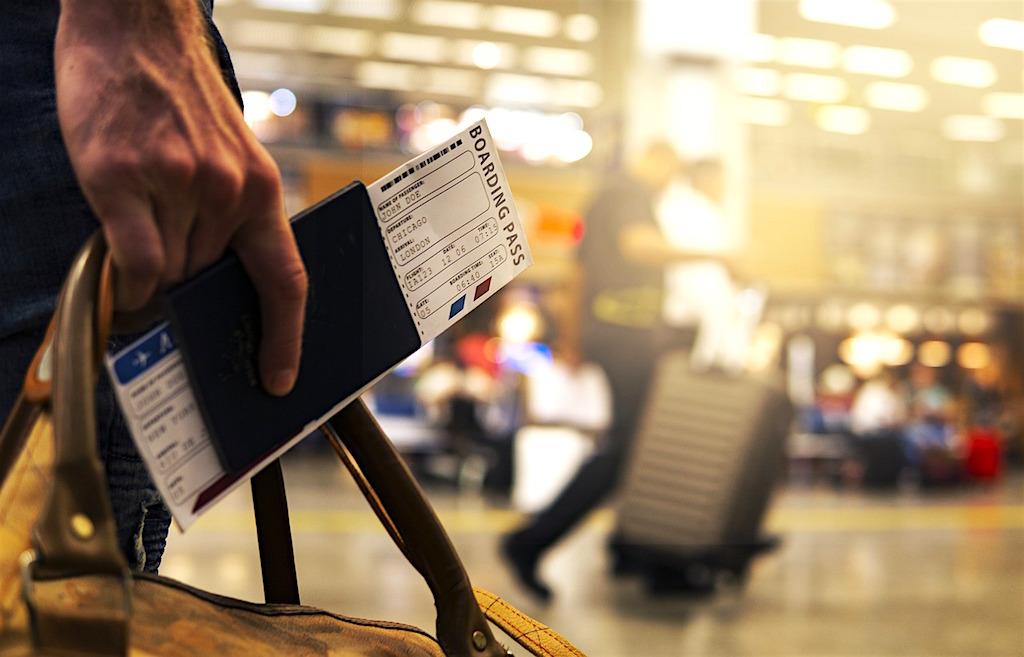 Für viele Geschäftsreisende ist eine Flugverspätung mehr als ärgerlich und kostet den Arbeitgeber Geld (Foto: Pixabay)