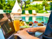 Statt im Homeoffice zu sitzen, wünschen sich Arbeitnehmer Bleisure Work in der Sonne (Foto: Engin Akyurt, Pixabay)