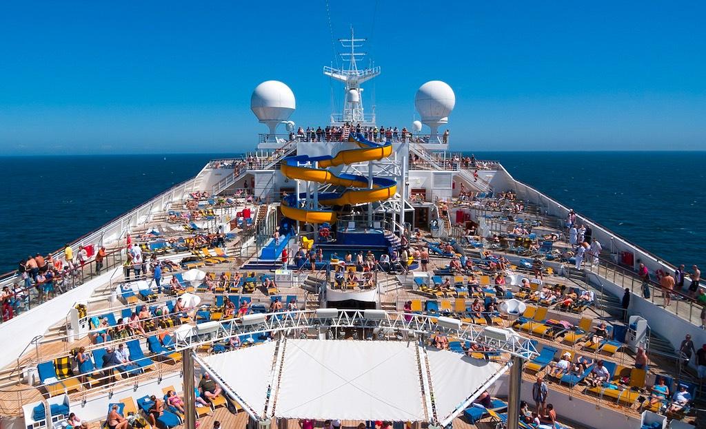 """Ob man an Bord eines Kreuzfahrtschiffes Trinkgeld gibt oder nicht, bleibt jedem Passagier überlassen.  So ist die Ansicht eines Gerichts nach einer Konsumentenklage (Foto: <a href=""""https://pixabay.com/de/users/mustangjoe-2162920/?utm_source=link-attribution&utm_medium=referral&utm_campaign=image&utm_content=1236642"""">MustangJoe</a>, <a href=""""https://pixabay.com/de/?utm_source=link-attribution&utm_medium=referral&utm_campaign=image&utm_content=1236642"""">Pixabay</a>)"""