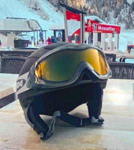 Nur mit einem Skihelm auf die Piste gehen (Foto: Sam Clarke, Unsplash)