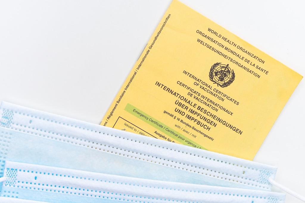 Der Impfpass wird neben dem Reisepass zum wichtigsten Dokument für Reisene (Foto: Pixabay)